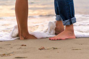 Pareja con los pies descalzos
